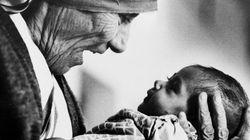 Francesco invita i poveri di Madre Teresa a mangiare una