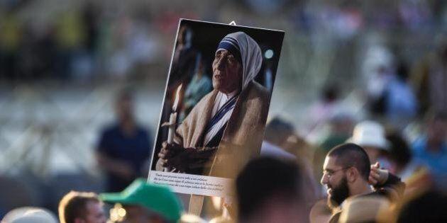 Madre Teresa di Calcutta santa: Papa Francesco pronuncia la formula di rito. In Piazza San Pietro centomila