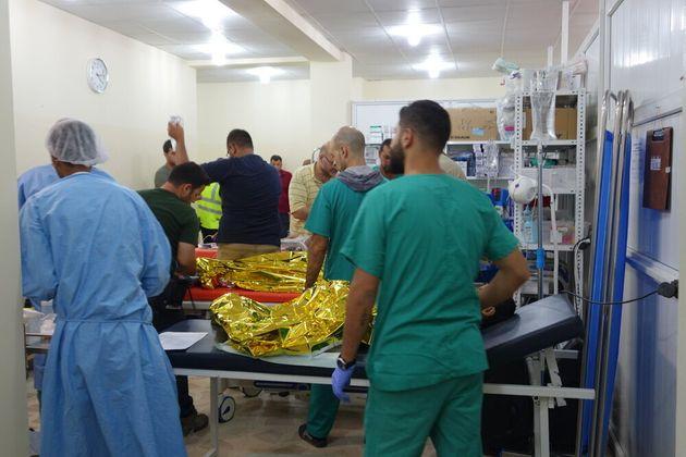 Le equipe mediche di MSF a Mosul ovest curano i pazienti in un giorno particolarmente impegnativo, con...