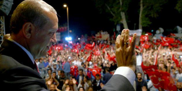 Turchia, Erdogan fa arrestare 47 ex giornalisti di Zaman. Continuano le purghe nel mondo