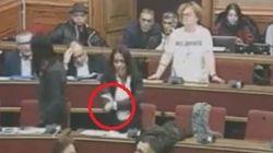 L'ex 5 Stelle sbotta contro il sindaco grillino: gesto dell'ombrello in consiglio comunale