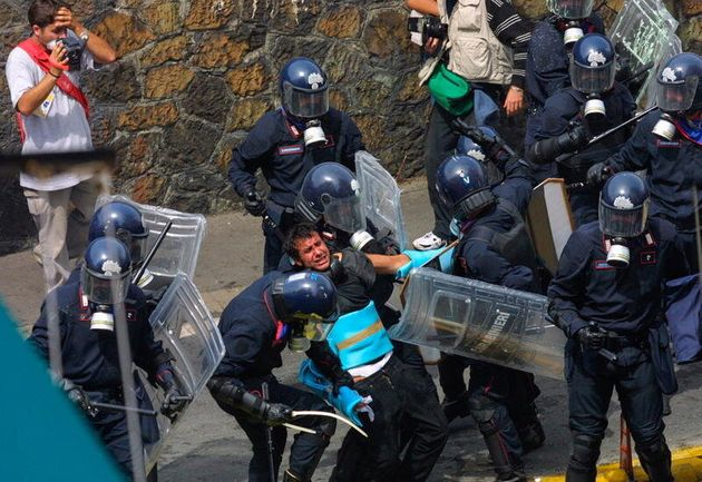 20/07/2001 Genova - Vertice G8 la polizia contro il corteo del Genoa Social Forum - Scontri 20/07/2001...