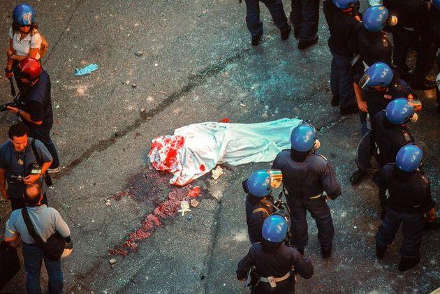 20/07/2001 Genova - Vertice G8 il corpo di Carlo Giuliani morto durante gli scontri con le forze dell'ordine...