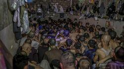 Le foto scioccanti dei presunti combattenti dell'Isis stipati in una prigione sovraffollata, senza aria né