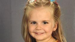 Questa bambina vestita da Supergirl per la foto scolastica è una vera super