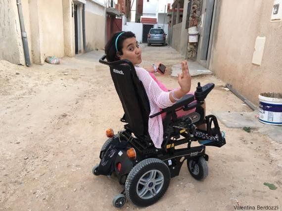 Nour può andare a scuola grazie alla carrozzina elettrica regalatale da Monica e Martina: il viaggio...