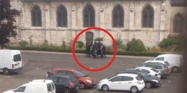 Il video del blitz nella chiesa di Saint-Etienne-du-Rouvray. Un testimone: