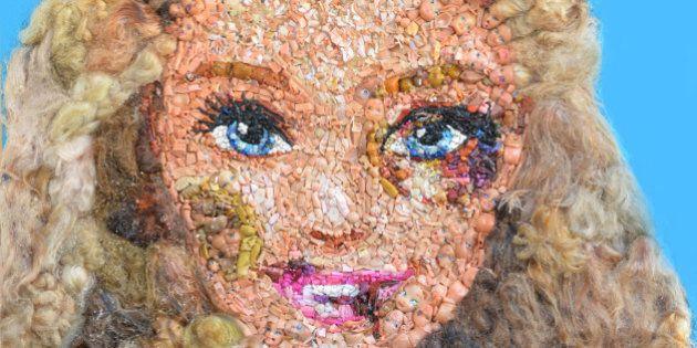 Una Barbie tumefatta per dire no alla violenza sulle donne. Nell'opera di Lady Be tutti i volti delle...