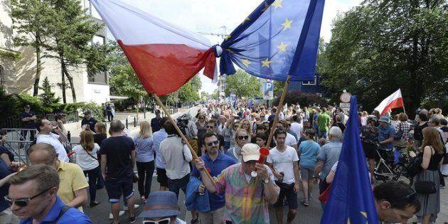 Vogliono inquinare la democrazia europea, fermiamo