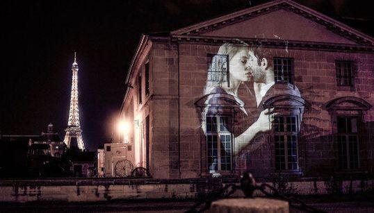 L'amore gridato con un bacio invade le strade di Parigi. E non c'è niente di più