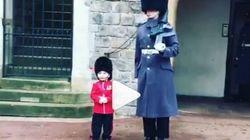 Questo bambino è riuscito a far sciogliere il cuore della Guardia Reale