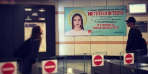 Un preservativo come aureola: la campagna contro l'Aids nella metro di Torino. È