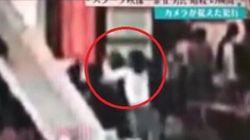 La donna gli si avvicina e lo aggredisce alle spalle: il video dell'omicidio del fratellastro di Kim Jong
