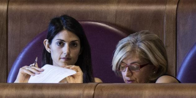 Il Direttorio M5S chiede la testa dei fedelissimi di Virginia Raggi. Il sindaco di Roma resiste e li...