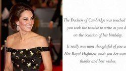 Caduta di stile per Kate, risponde agli auguri dei sudditi con biglietti già usati da William, Carlo e