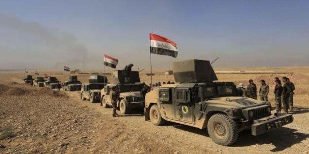 Mosul, la guerra diventa chimica: Isis cerca di fermare avanzata curdi con trincee di petrolio, scudi...