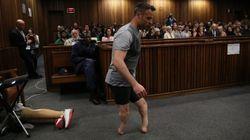 Oscar Pistorius in aula si sfila le protesi e cammina. La strategia choc della