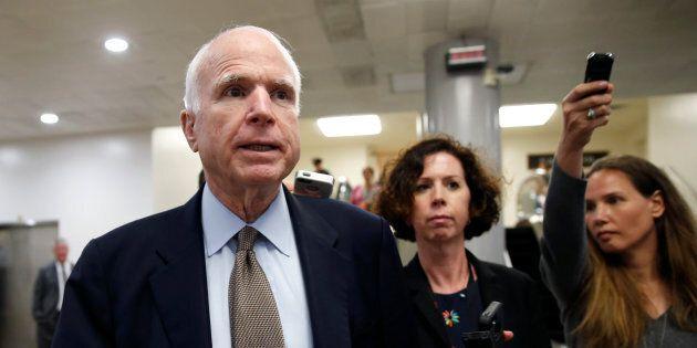 Si apre il dibattito sull'Obamacare, determinanti i voti del vicepresidente Pence e di Mccain, affetto...