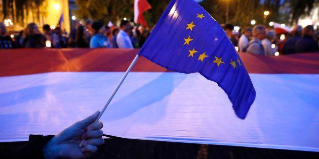 Dopo le mosse di Duda sui giudici la Ue minaccia la Polonia: