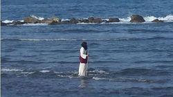 Perché un uomo vestito da Gesù cammina sulle acque di