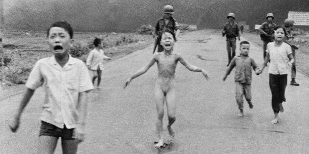 Mark Zuckerberg accusato di censura: Facebook cancella la famosa foto sulle bambine del