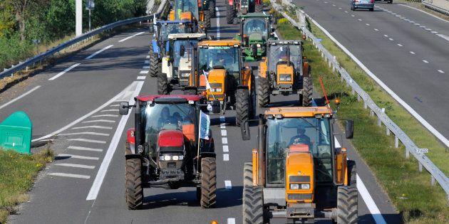 Col trattore in autostrada in provincia di Udine, va a sbattere sul