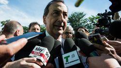 Sotto scorta. Il sindaco di Milano Beppe Sala sorvegliato da una
