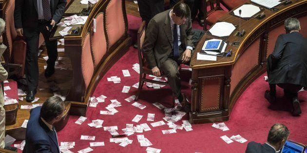 Via libera del Senato (con fiducia) al decreto per il salvataggio delle banche venete. I 5 Stelle protestano...