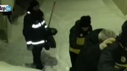 Le immagini del salvataggio di due persone all'Hotel