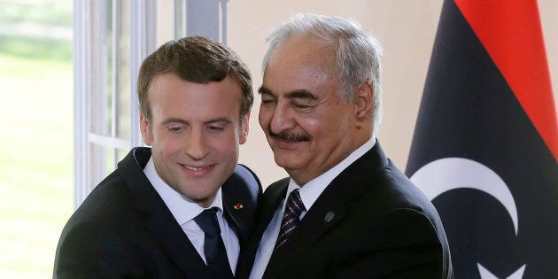 Emmanuel Macron insieme al generale libico Khalifa