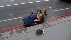 Questa foto è già un simbolo della solidarietà dei passanti durante l'attentato di