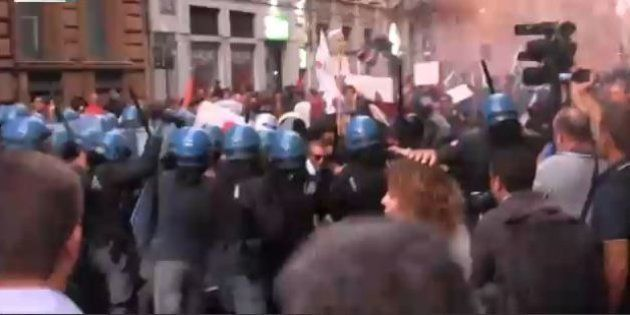 Scontri a Catania dopo l'intervento di Matteo Renzi alla Festa dell'Unità. Tafferugli tra polizia e manifestanti,...