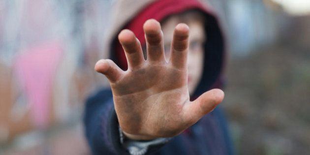 Tredicenne violentato da undici minorenni: tre dei presunti colpevoli minori di 14 anni. A scoprire il...