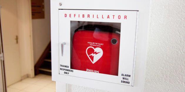 Il Movimento 5 Stelle donano dei defibrillatori a tre scuole. Gli istituti rifiutano: