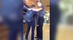 Ragazzi rovesciano le bibite sul pavimento, il dipendente del Burger King li prende a