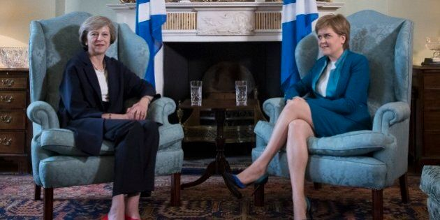 Theresa May prepara la Brexit. Faccia a faccia in Scozia con Nicola Sturgeon, c'è nodo Ulster. Labour...