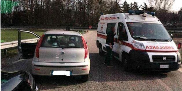 Attivisti per la legalità fermano l'ambulanza perché contromano, denunciati dalla Croce