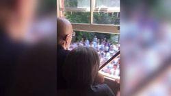 Il coro di 400 studenti sotto la finestra del professore malato di cancro vi toccherà il