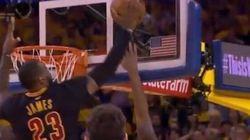 Le Bron si traveste da Michael Jordan e con questa stoppata entra nella