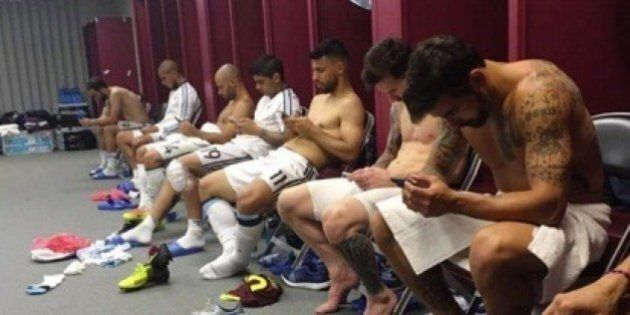 Lavezzi pubblica la foto dei calciatori dell'Argentina negli spogliatoi: i compagni di squadra tutti...