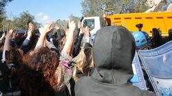 La polizia sposta i manifestanti che bloccano il cantiere del