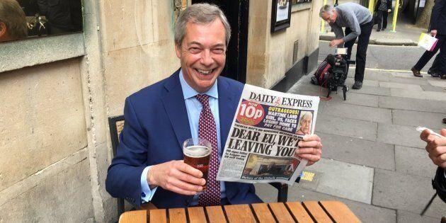 Nigel Farage gode e brinda alla