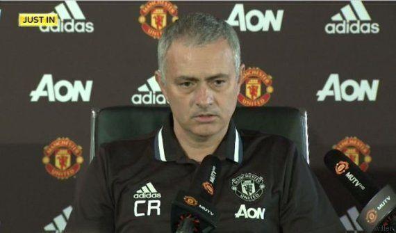 Mourinho rende omaggio a Ranieri, in conferenza stampa indossa la maglia con le iniziali del tecnico
