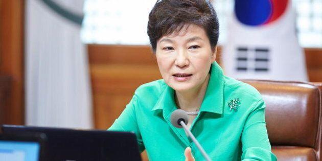 La presidente sud coreana Park Geun-hye parla durante un incontro con alti segretari presidenziali a