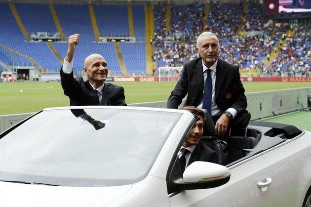 Gli ex giocatori della Roma, Francesco Rocca (S) e Roberto Pruzzo (D) salutano i tifosi durante la cerimonia...