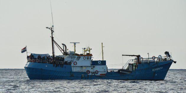 Nave di una Ong che non ha firmato il codice di soccorso in mare fermata a Lampedusa. La procura sequestra...
