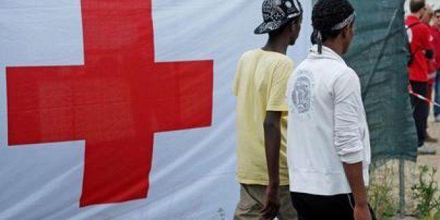 Due migranti entrano nella tendopoli allestita alla stazione Tiburtina dalla Croce Rossa, Roma. (ANSA/ALESSANDRO...