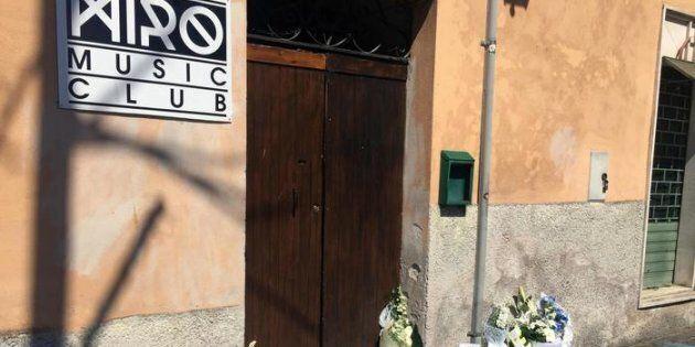 Fiori all'esterno del locale di Alatri dove è stato pestato mortalmente Emanuele Morganti, 28 marzo