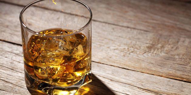 Un uomo ha chiesto uno shot di whisky in un bar della Svizzera, ma il conto è stato