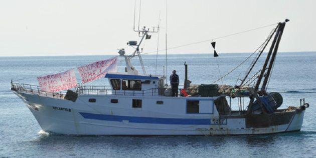 Numerosi pescherecci di Lampedusa stanno stazionando attualmente all'imboccatura del porto, che � di...